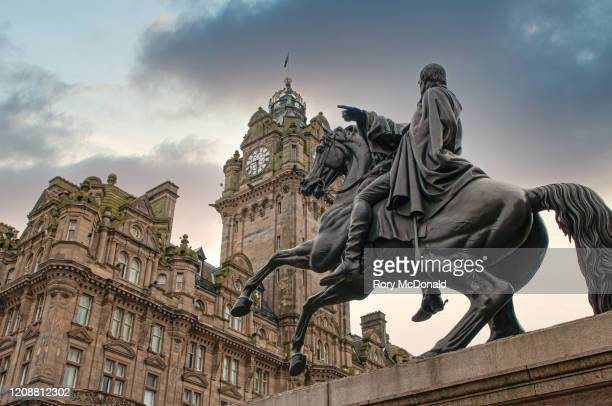 statue of the duke of wellington by john steell in front of the balmoral hotel, edinburgh, scotland, uk - balmoral hotel stock pictures, royalty-free photos & images