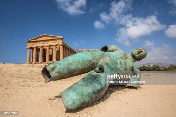 statue of the fallen icarus by the polish sculptor igor mitoraj, installed in front of temple of concordia during an exhibition in 2011, valle dei templi, sicily - igor mitoraj stock photos and pictures