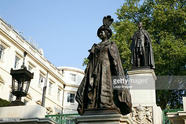 Statue of the Queen Mother in front of her husband George VI on the Mall in St James's