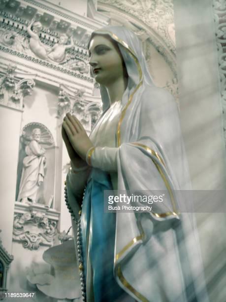 statue of the virgin mary inside church of vilnius, lithuania - madonna del rosario foto e immagini stock