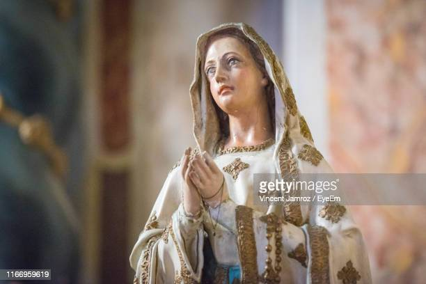 statue of virgin mary in church - marie vincent photos et images de collection