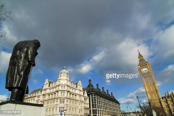"""statue of winston churchill facing the clock tower of big ben in london uk - """"sjoerd van der wal"""" or """"sjo"""" stock pictures, royalty-free photos & images"""