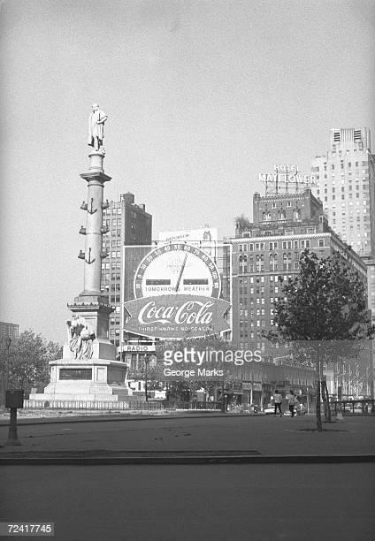statue on american city square, (b&w) - advertising column stock-fotos und bilder