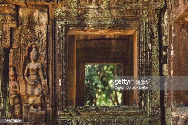 statue outside temple - bortes stock pictures, royalty-free photos & images