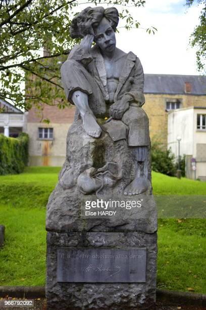 Statue représentant le poète Arthur Rimbaud réalisé par l'artiste Hervé Tonglet 22 septembre 2015 CharlevilleMézières Ardennes France