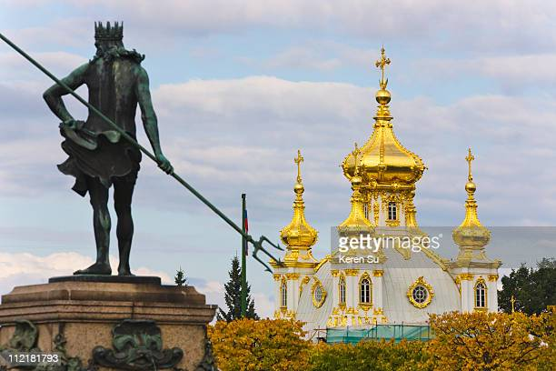 statue with peterhof petrodvorest palace - groot paleis peterhof stockfoto's en -beelden
