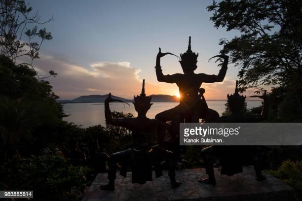 statue with sunrise - provincia di songkhla foto e immagini stock