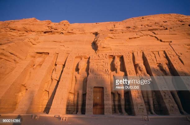 Statues creusées dans la roche dans le temple d'Abou Simbel en novembre 1986 en Egypte