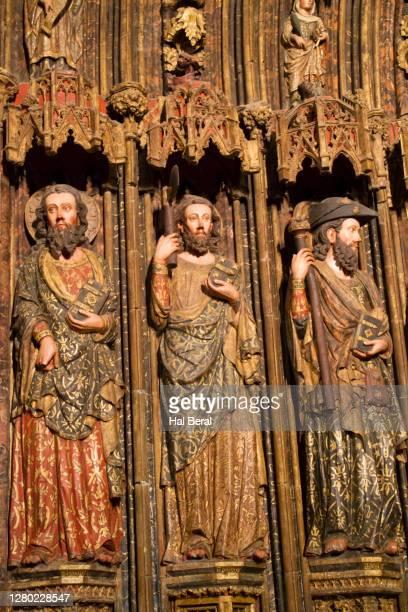 statues decorate the entrance to the church of santa maria de los reyes - アラバ県 ストックフォトと画像