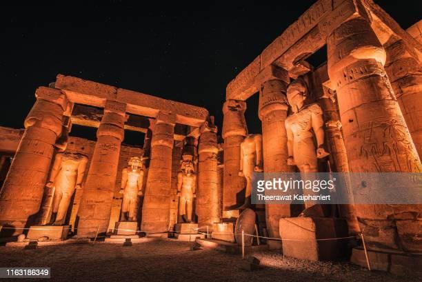 statues in temple of luxor at night, luxor, egypt - karnak fotografías e imágenes de stock