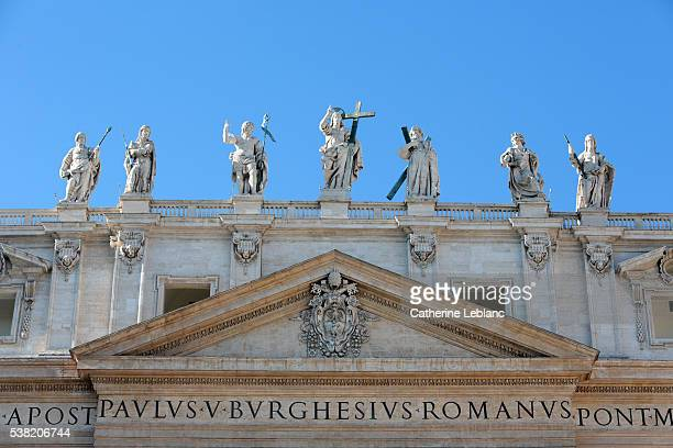 statues of jesus and apostles. facade of st. peter's basilica. - 使徒 ストックフォトと画像