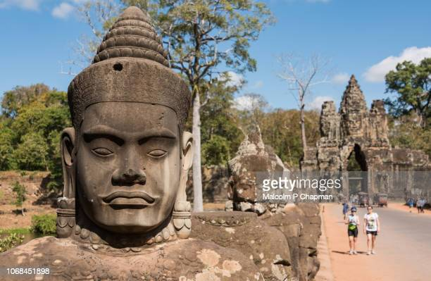 statues on bridge at angkor thom south gate, towards the bayon temple, siem reap, cambodia - kambodschanische kultur stock-fotos und bilder