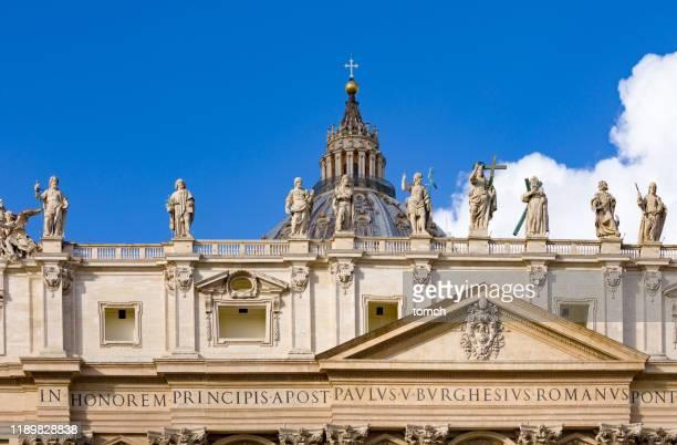 聖ペテロ大聖堂の屋根の上の彫像 - 使徒 ストックフォトと画像