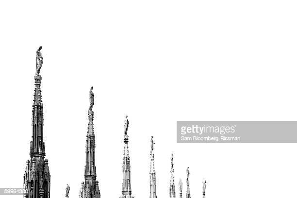 statues on the roof of the duomo - cattedrale foto e immagini stock