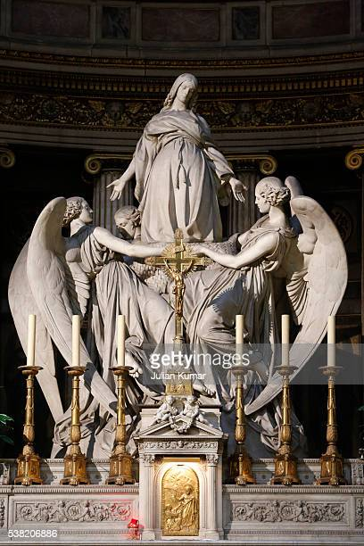 statues over the high altar in la madeleine church. mary magdalene's death by charles marochetti (1806 - 1868). - メアリー マグダレーン ストックフォトと画像