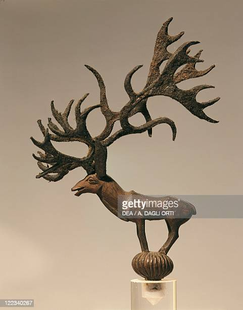 Statuette representing a reindeer, wood and skin.