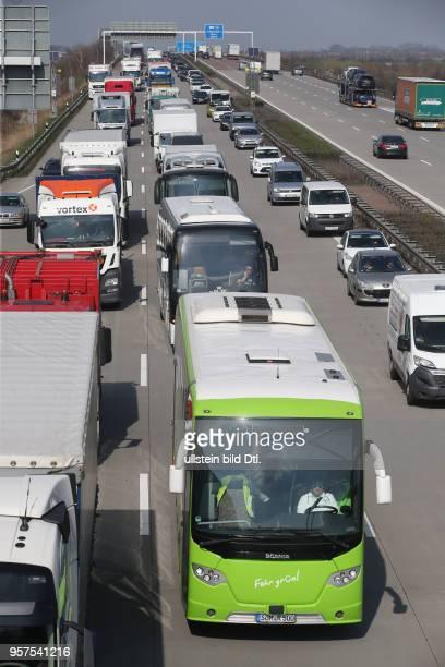 Stau auf der autobahn A9 BAB9 zwischen Großkugel und Leipzig West durch Bauarbeiten die bis zum Sommer andauern werden Baustelle