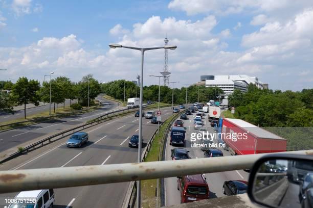 Stau und hohes Verkehrsaufkommen auf der Berliner Stadtautobahn nahe dem Autobahndreieck Funkturm