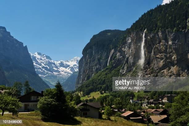 staubbach fall, switzerland - lauterbrunnen - fotografias e filmes do acervo