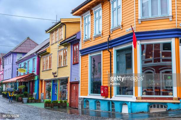 スタヴァンゲル - ノルウェー。小さなお店やレストランでカラフルな歴史的な建物 - スタバンゲル ストックフォトと画像