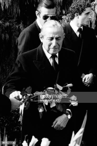 Stavros Niarchos en pleurs aux obsèques de sa femme Tina Livanos le 16 octobre 1974 à Lausanne en Suisse