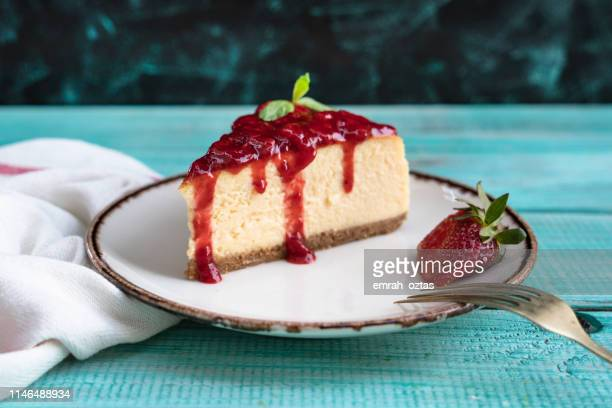 stawberry cheesecake - sweet food stock pictures, royalty-free photos & images