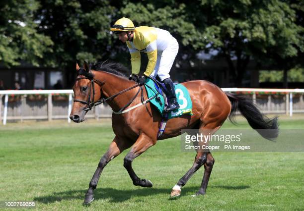 Staxton ridden by David Allan goes to post