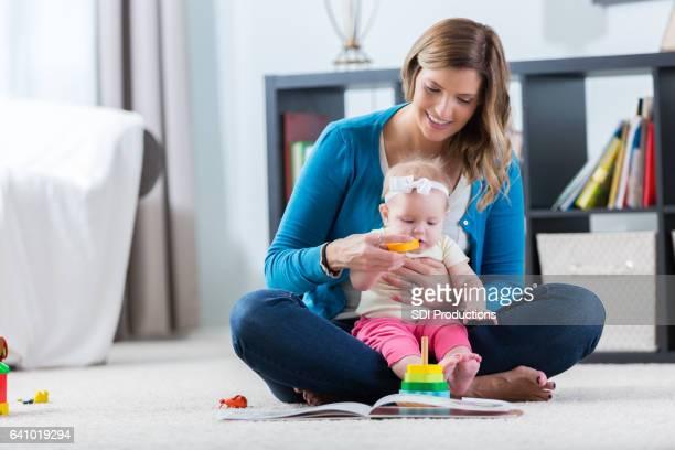 bleiben sie zu hause mama spielt mit baby girl - stay at home mother stock-fotos und bilder
