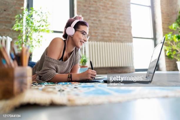家にいるが、仕事を怠惰になってはいけません - ウェブデザイナー ストックフォトと画像