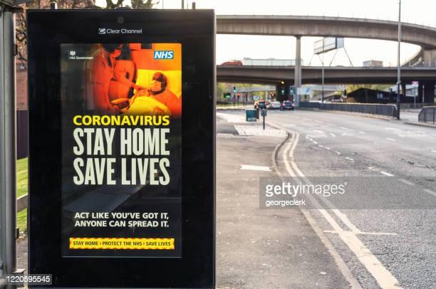 stay home save lives assina durante medidas de bloqueio do coronavirus - glasgow escócia - fotografias e filmes do acervo