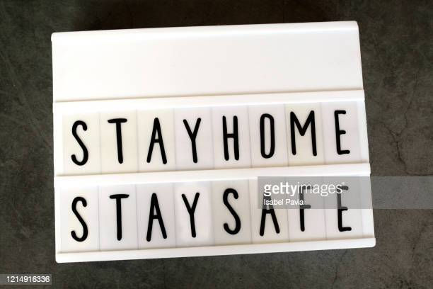 stay home stay safe message - prophylaxie photos et images de collection