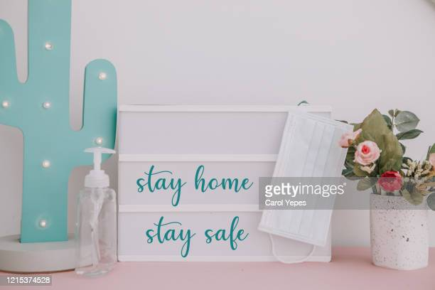 stay home , stay safe quote  text  saying at home - quedarse en casa frase fotografías e imágenes de stock