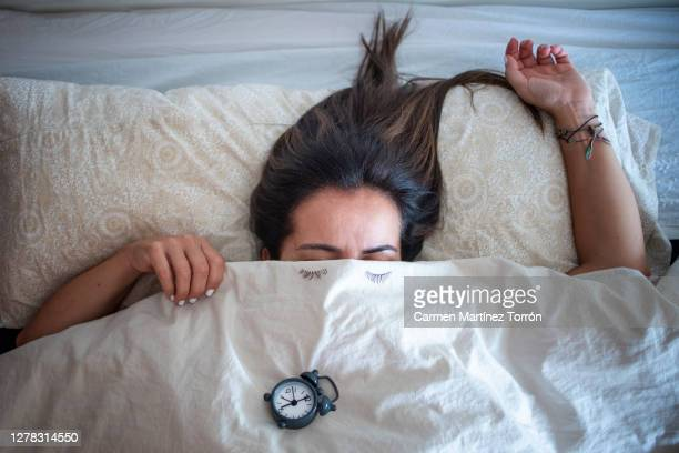 stay in bed one more minute before going to work. - oreiller geant photos et images de collection