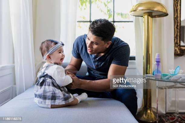 stay-at-home papa spielt mit baby-tochter - stay at home father stock-fotos und bilder