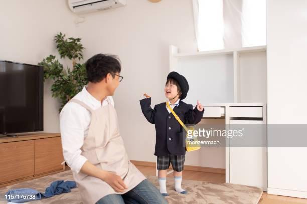 息子が着替えるのを手伝う在宅父 - 主夫 ストックフォトと画像