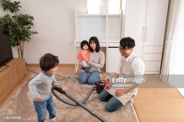stay-at-home-vater lehrt sohn, wie man reinigt - stay at home mother stock-fotos und bilder