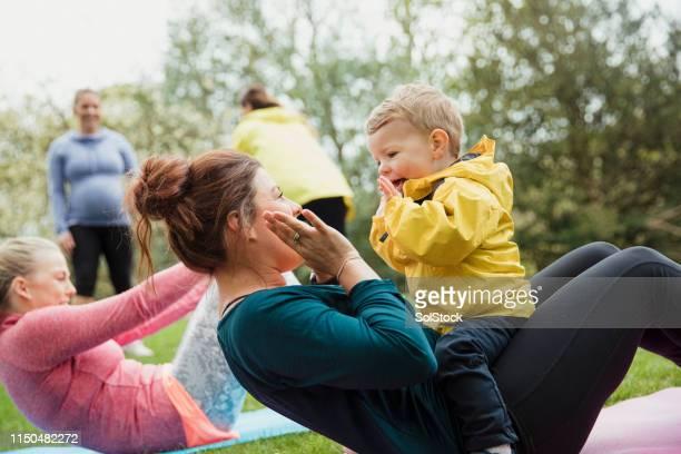 vistas aktiv med mamma - public park bildbanksfoton och bilder