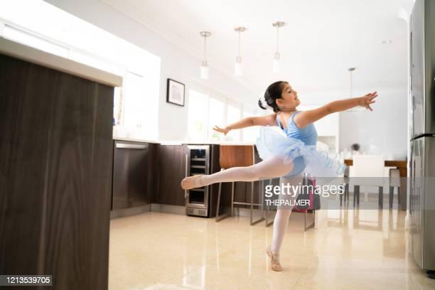 ficar em casa e praticar balé - bailarina - fotografias e filmes do acervo