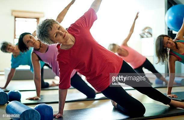 Hospedarse flexible de la en su mayor años con Pilates