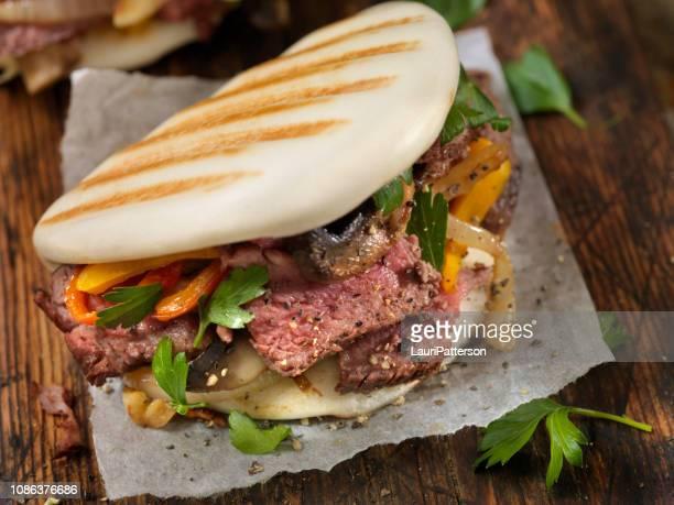 ステーキ、ピーマンはグリル バオ饅頭 - 蒸し ストックフォトと画像