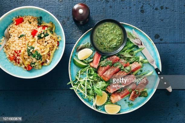 チミチュ リソース ソース、野菜、ハーブ、ブルガー サラダ ステーキ - チミチュリ・ソース ストックフォトと画像