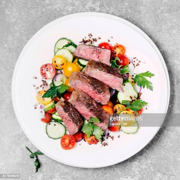 steak with fresh salad - bord serviesgoed stockfoto's en -beelden