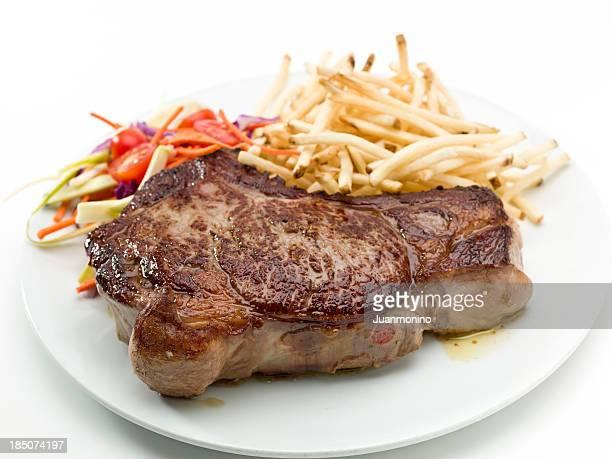 Bistec con papas fritas y ensalada