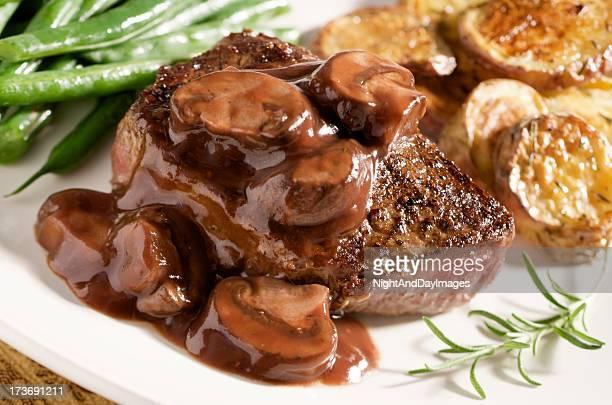 Tipo seta bistec con salsa de vino y verduras