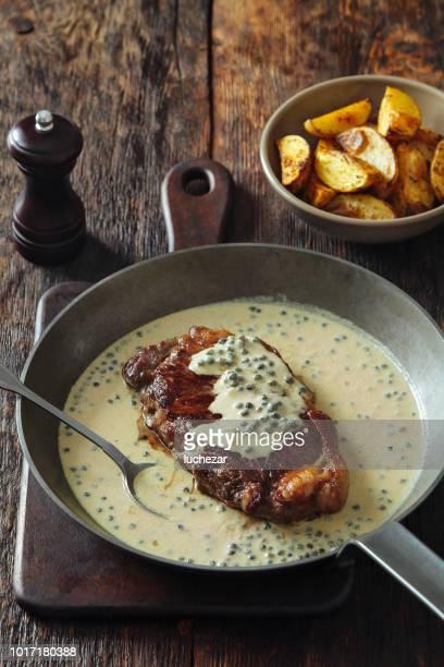 ternera con salsa de pimienta verde y mostaza - pimiento verde fotografías e imágenes de stock