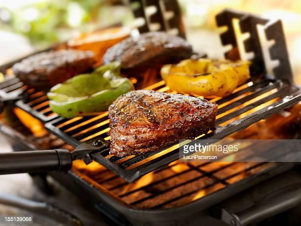 steaks sur un barbecue en plein air - aliment grillé au charbon de bois photos et images de collection