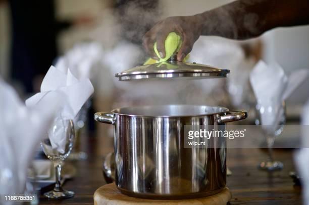 金属製のポットのふたを持ち上げる蒸気 - シチュー鍋 ストックフォトと画像