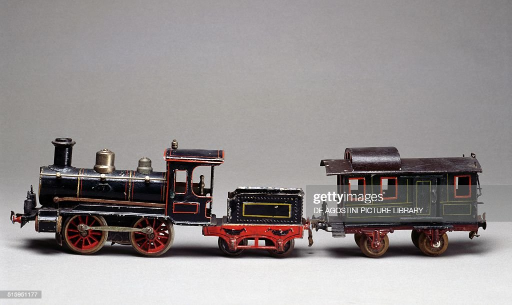 Steam locomotive with wagon, spring mechanism with wind-up