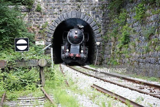 Zug mit Dampflokomotive Sie aus dem tunnel