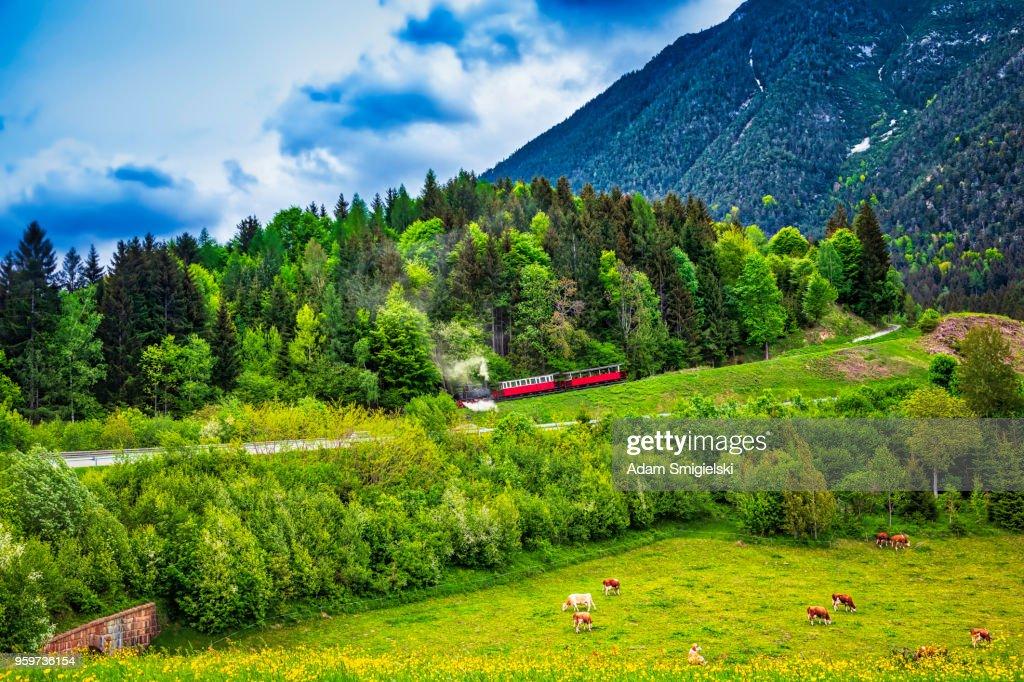 Dampfzug in den Bergen (HDRi) : Stock-Foto